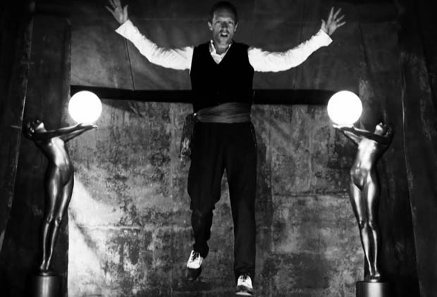 "Chris Martin nel video di ""Magic"""